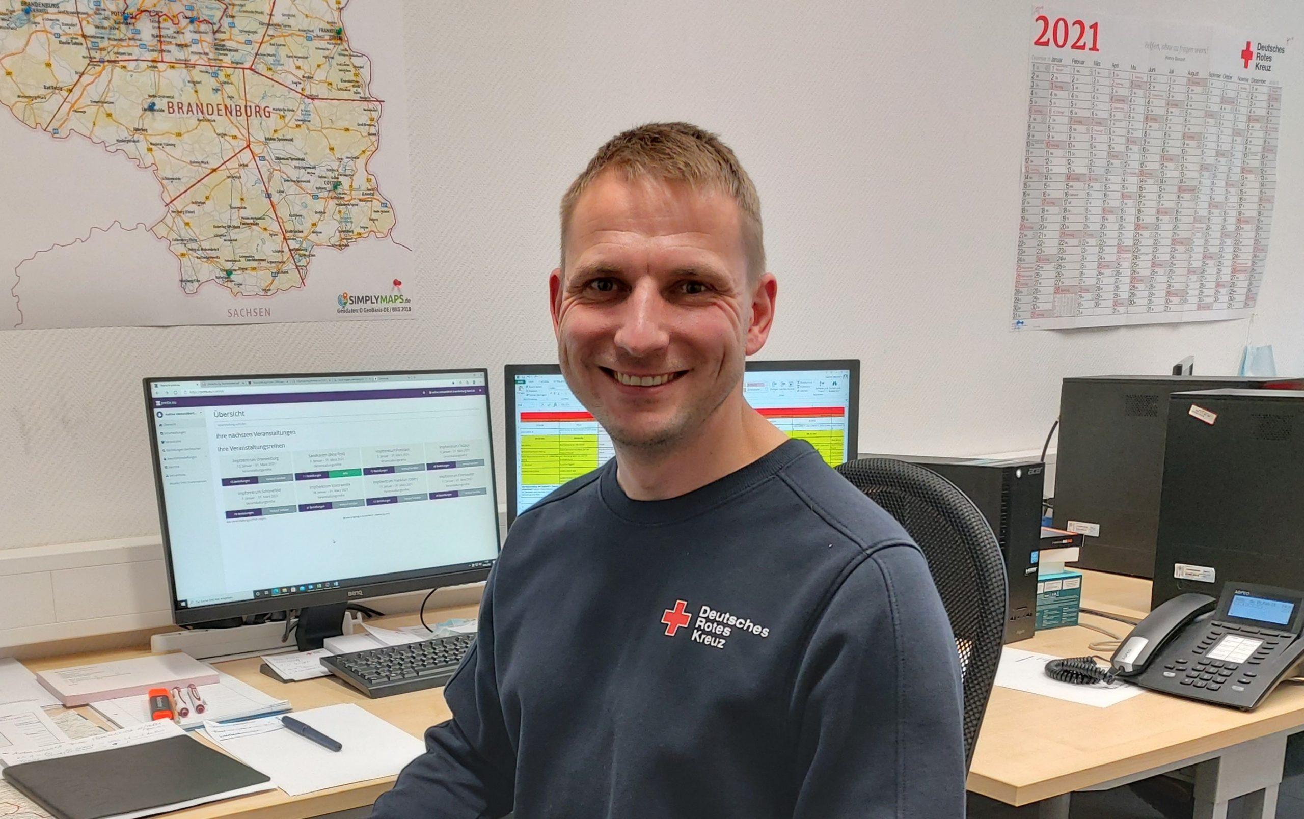Chris Streithorst in der Koordinierungsstelle der mobilen Impfteams